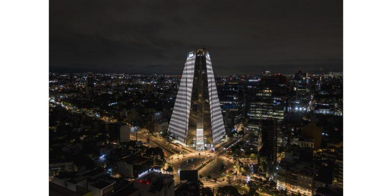 Gli apparecchi iGuzzini illuminano la Torre Manacar di Città del Messico